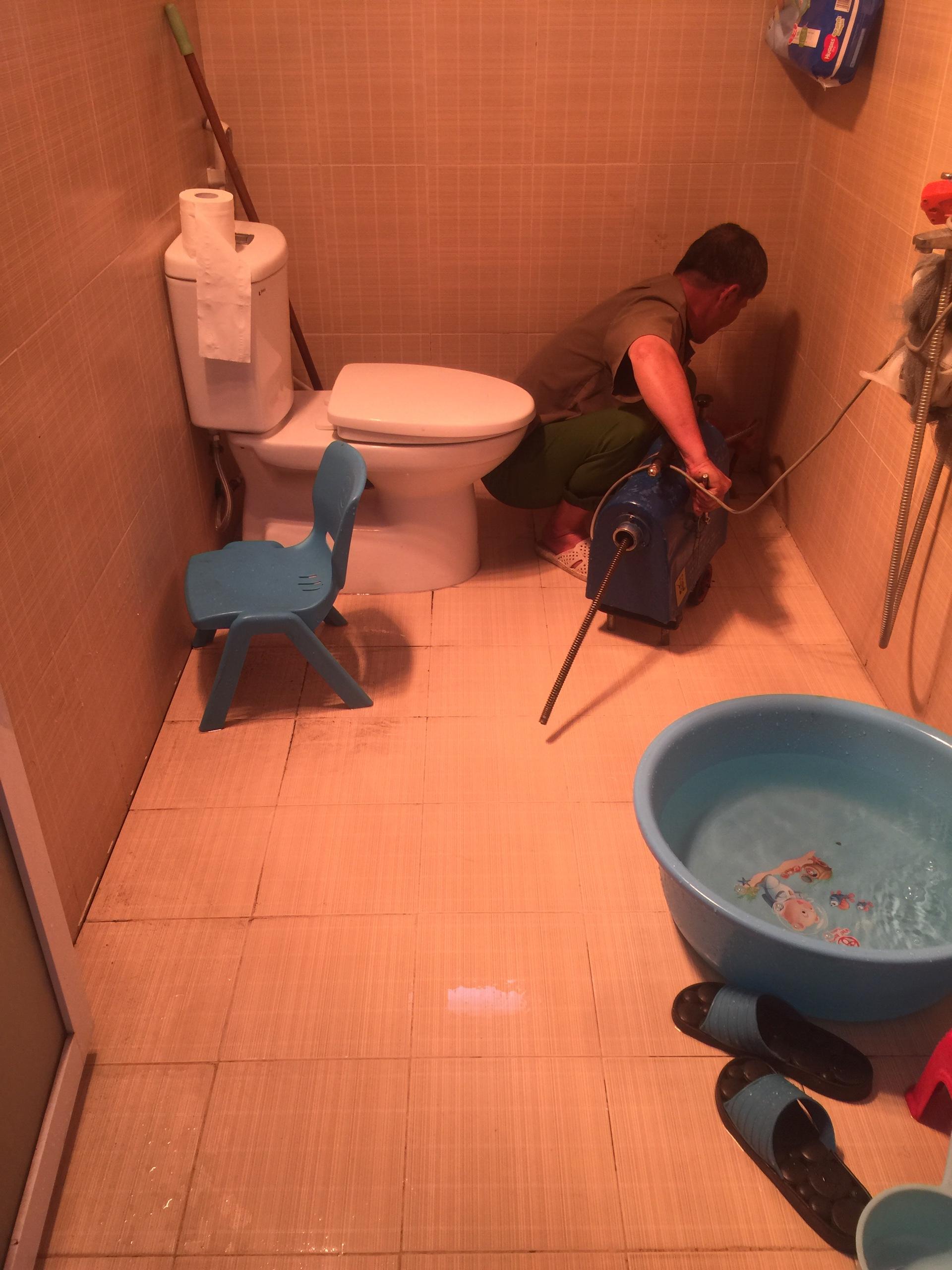 Nhân viên tiến hành xử lý tắc sàn nhà tắm chị thảo ở lộc vượng nam định