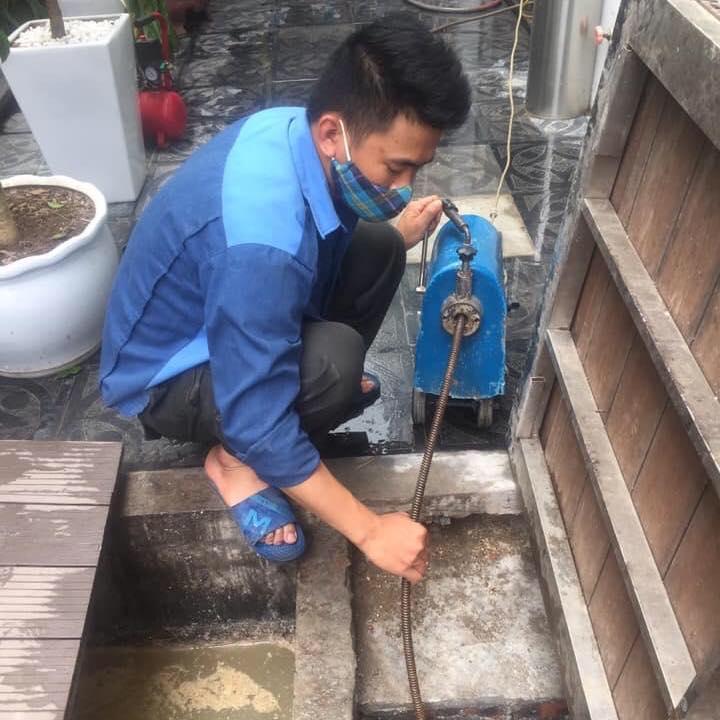 thợ đang thông cống cho nhà hàng Tràng An Ninh Bình